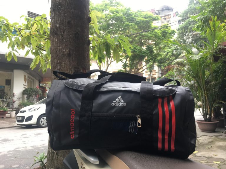 Mang cả thế giới trên vai cùng túi thể thao Adidas 2