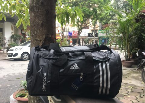 Mang cả thế giới trên vai cùng túi thể thao Adidas 12