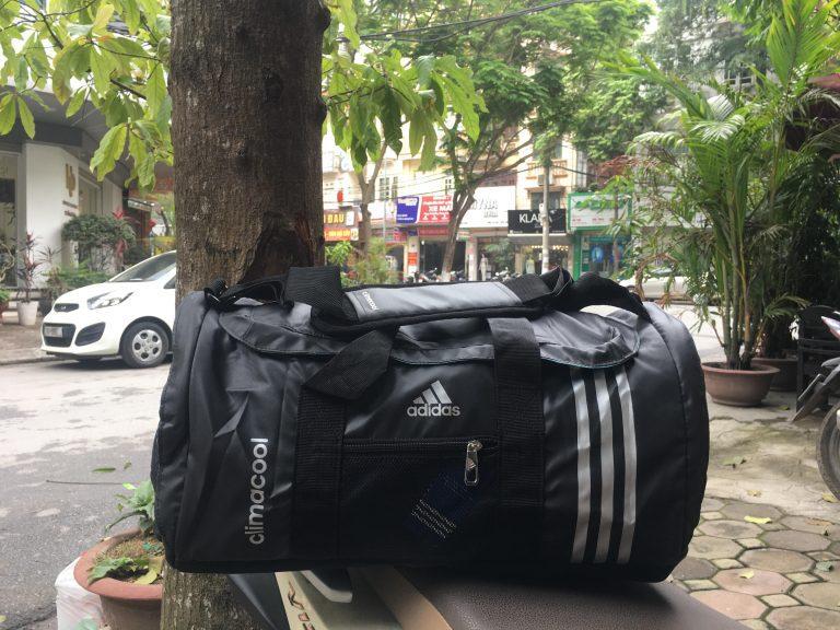 Mang cả thế giới trên vai cùng túi thể thao Adidas 1